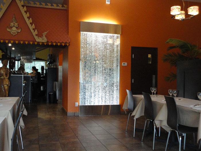 mur de bulles blanc dans un restaurant. Black Bedroom Furniture Sets. Home Design Ideas